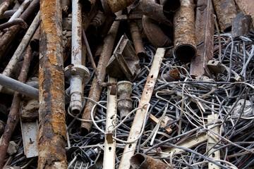 Alte, rostige Bleirohre und herausgerissene Kabel