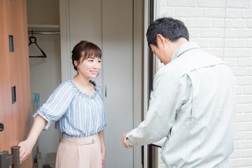 訪問する作業員と女性(笑顔)