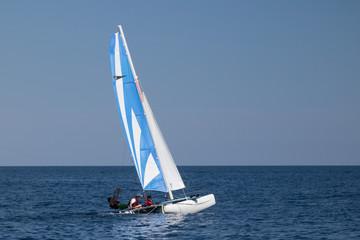 Laser che solca le onde le mare