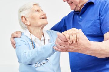 Zwei Senioren tanzen glücklich zusammen