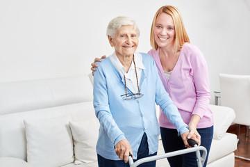 Familie macht häusliche Pflege bei Seniorin