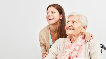 Frau und Seniorin schauen lächelnd in die Zukunft