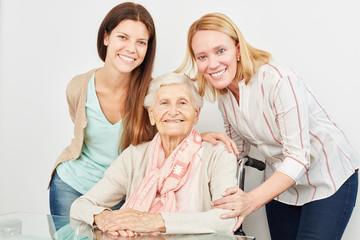 Glückliche Familie mit Großmutter zu Hause
