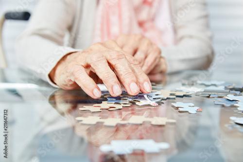 Wall mural Hände von Senioren beim Puzzle spielen