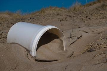 Plastikeimer als Müll an den Norseestrand gespült