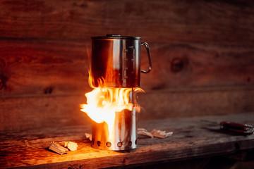 Essen kochen mit Feuer und Campingkocher
