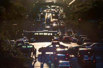 Fotomurales - Traffic on 42nd Street through Midtown Manhattan at rush hour in New York City