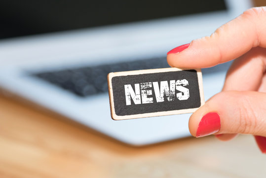 Eine Frau, ein Computer und die News