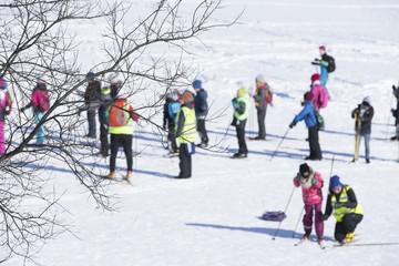 冬の風景 スキーをする人々