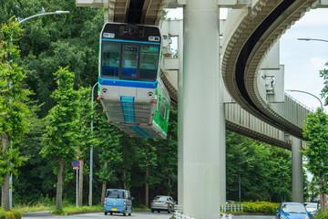 道路の上を走るモノレールのイメージ