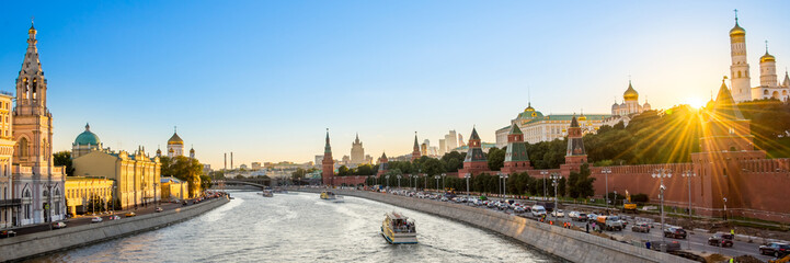 Foto op Aluminium Moskou Panorama of the Moskva river with the Kremlin's towers at sunset, Moscow, Russia