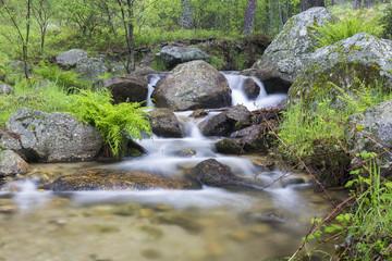 Arroyo de agua fluye entre rocas