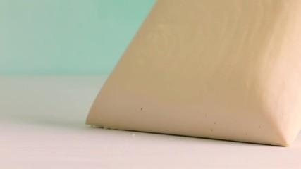 Wall Mural - Mano che tocca un materasso in memory foam tecnlogico