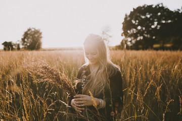 Happy girl in the fields Fotoväggar