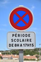 Panneau interdit de s'arrêter pendant la période scolaire