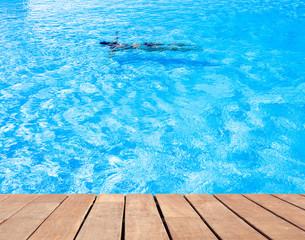apnée en piscine bleue, plage en bois