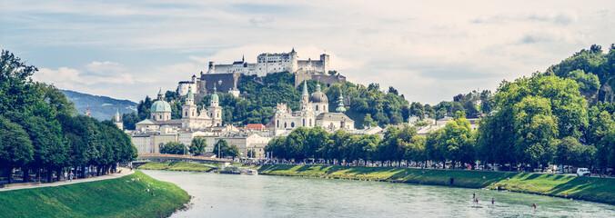 Salzburger Altstadt mit Festung Hohensalzburg und Salzach im Sommer, Panorama