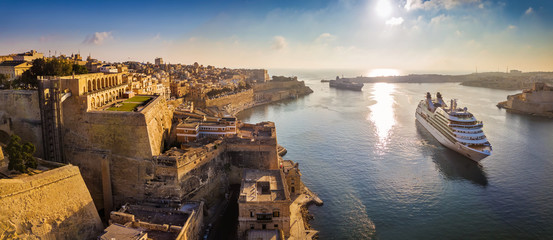 Deurstickers Mediterraans Europa Valletta, Malta - Panoramic aerial skyline view of Valletta when cruise ships sailing in the Grand harbor at surnise