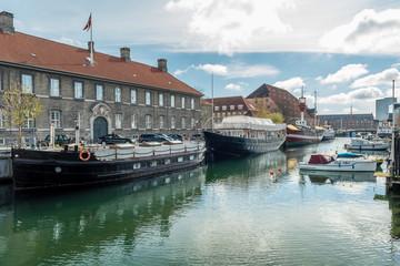 Schiffe im Kanal von Kopenhagen mit Wohnhaus im hintergrund