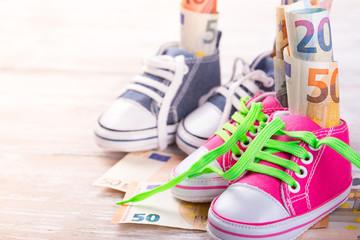 KIndergeld  -  Geld in Schuhen