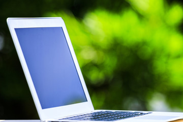 緑背景とノートパソコン