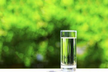 緑背景とお水