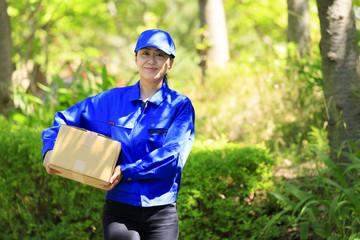 荷物を運ぶ女性配達員