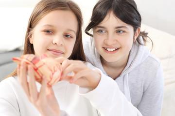 Przyjaciółki. Dwie dziewczynki podczas wspólnej nauki.