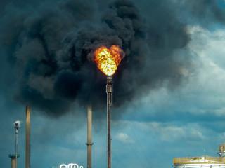 Flamme d'une torche et d'un torchage d'un usine petrochimique dans une zone industrielle
