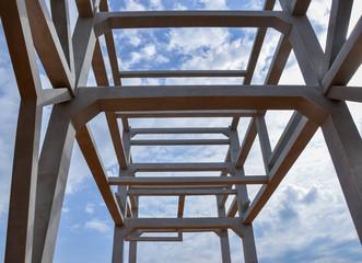Construction d'une charpente en béton pour une usine sur fond de ciel - perspective géométrique