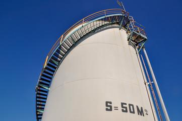Bac de stockage ou silo avec son escalier dans une usine pétrochimique