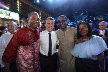 French President Emmanuel Macron poses with Nigerian musician Femi Kuti and Senegalese singer Youssou N'dour at the Afrika Shrine in Lagos