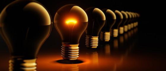 Glühbirnen-Reihe in goldenem Licht