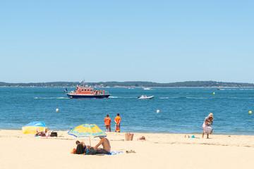 Arcachon (France), bateau de gardes-côte et sauveteurs sur la plage