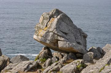 Rocher suspendu en Bretagne ressemblant à un visage