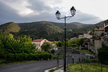 Vue sur le village dans les montagne d'occitanie en France
