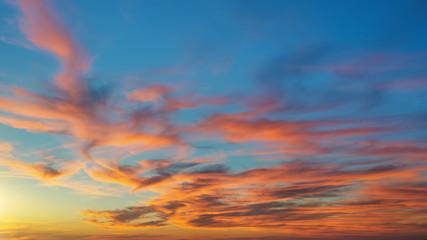 Spektakuläres Farbenspiel am Abendhimmel