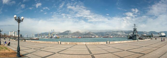 Набережная в городе Новороссийск, Россия. Панорамный вид на морской порт с набережной в городе Новороссийск