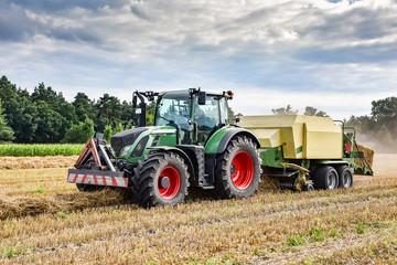 Erntezeit - Traktor mit Strohpresse, HDR