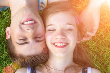Junges, glückliches Paar liegt in der Sonne