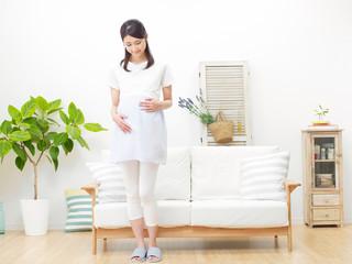 女性 妊婦 笑顔