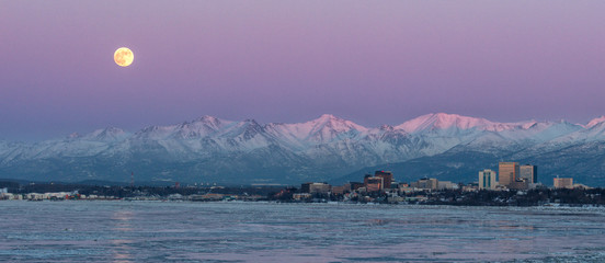 Tuinposter Lavendel Moonrise over Anchorage Alaska