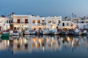 Fotorolgordijn Poort Der Hafen von Naousa auf Paros am Abend mit seinen beleuchteten Tavernen und Bars, Kykladen, Griechenland