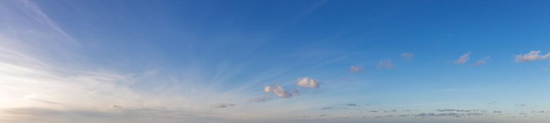 Panorama Hintergrund mit blauer Himmel und Wolken