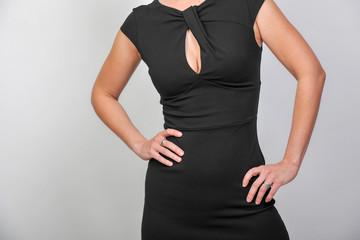 frau in kleid mit sexy ausschnitt und dekollete2