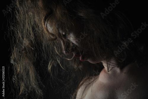 Frau dunkler hintergrund