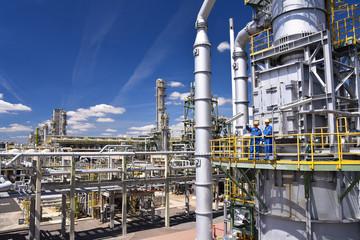 Industrial worker in a chemical factory - production of fuel in a refinery - buildings, facilities and workers // Industriearbeiter in einer Chemiefabrik - Herstellung von Benzin in einer Raffinerie