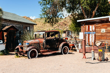 Photo sur cadre textile Route 66 abandoned retro car in Route 66 gas station, Arizona, Usa