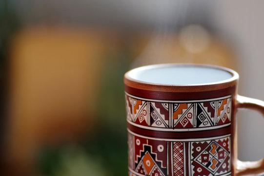tasse ethnique de boisson chaude