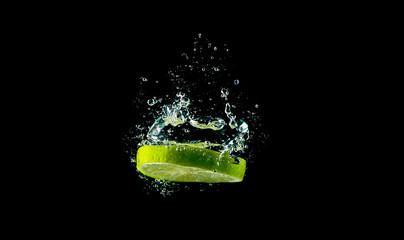 Lemonenscheibe / Limettenscheibe fällt ins Wasser (Wasserblasen)